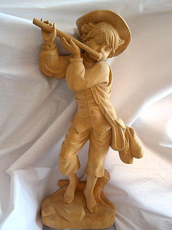 drevorezba chlapec a píšťalka